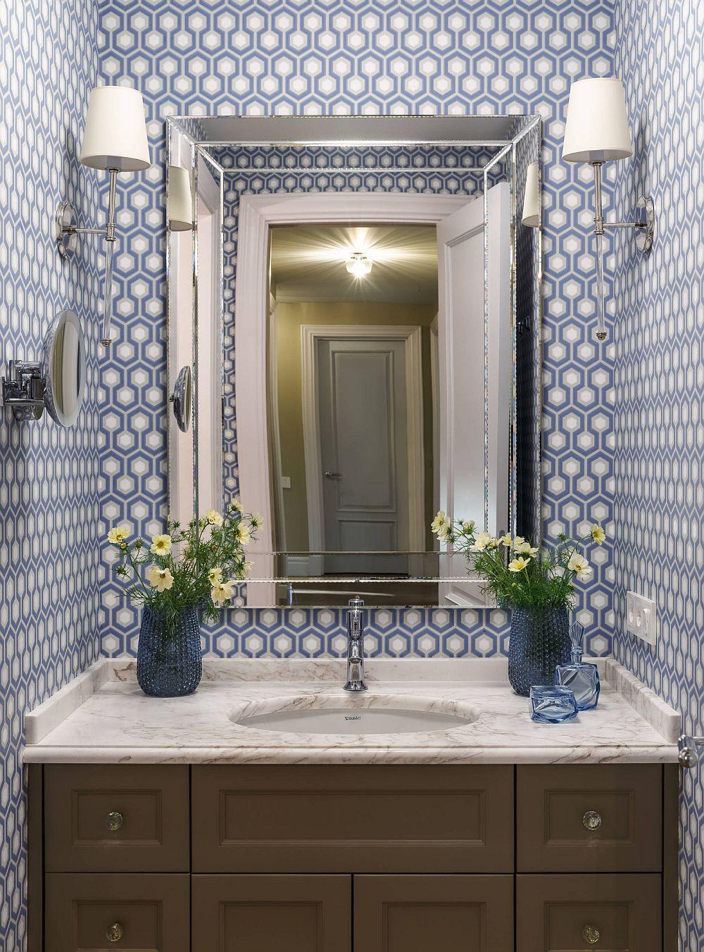 Locul de lavoar din baia matrimonială este simetric gândit. Albul și albastru se combină frumos cu textura din lemn a mobilierului prezent aici.