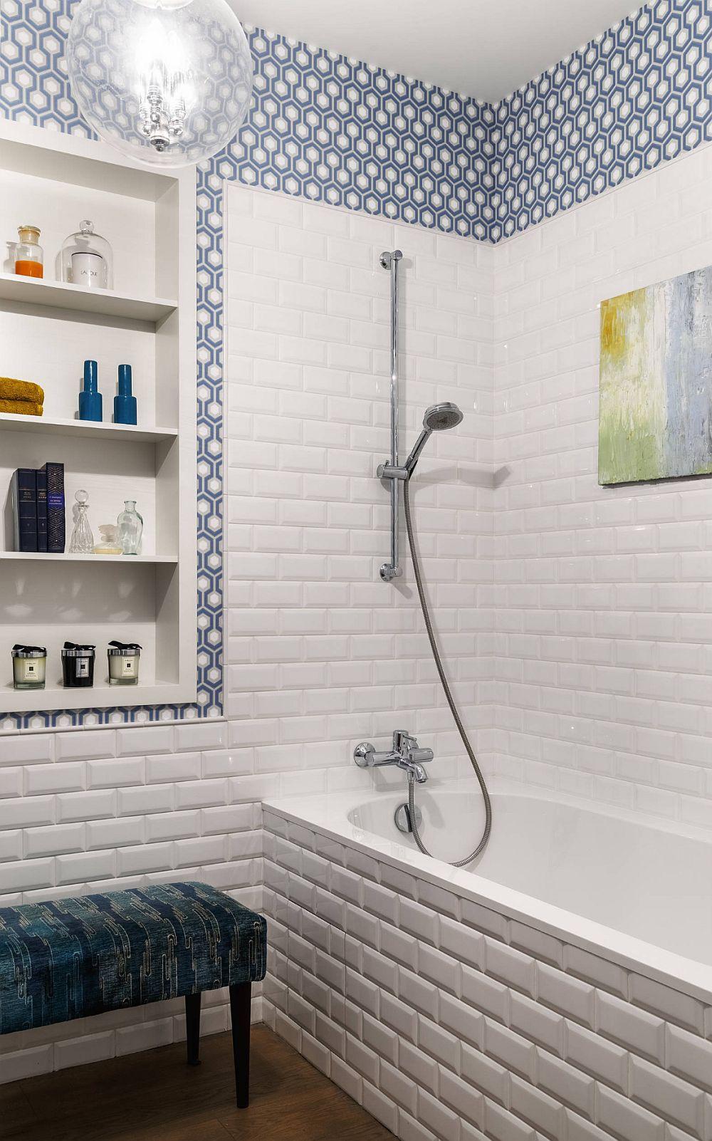 Zona de duș este mai aerisită, plăcile ceramice albe fiind dominante.