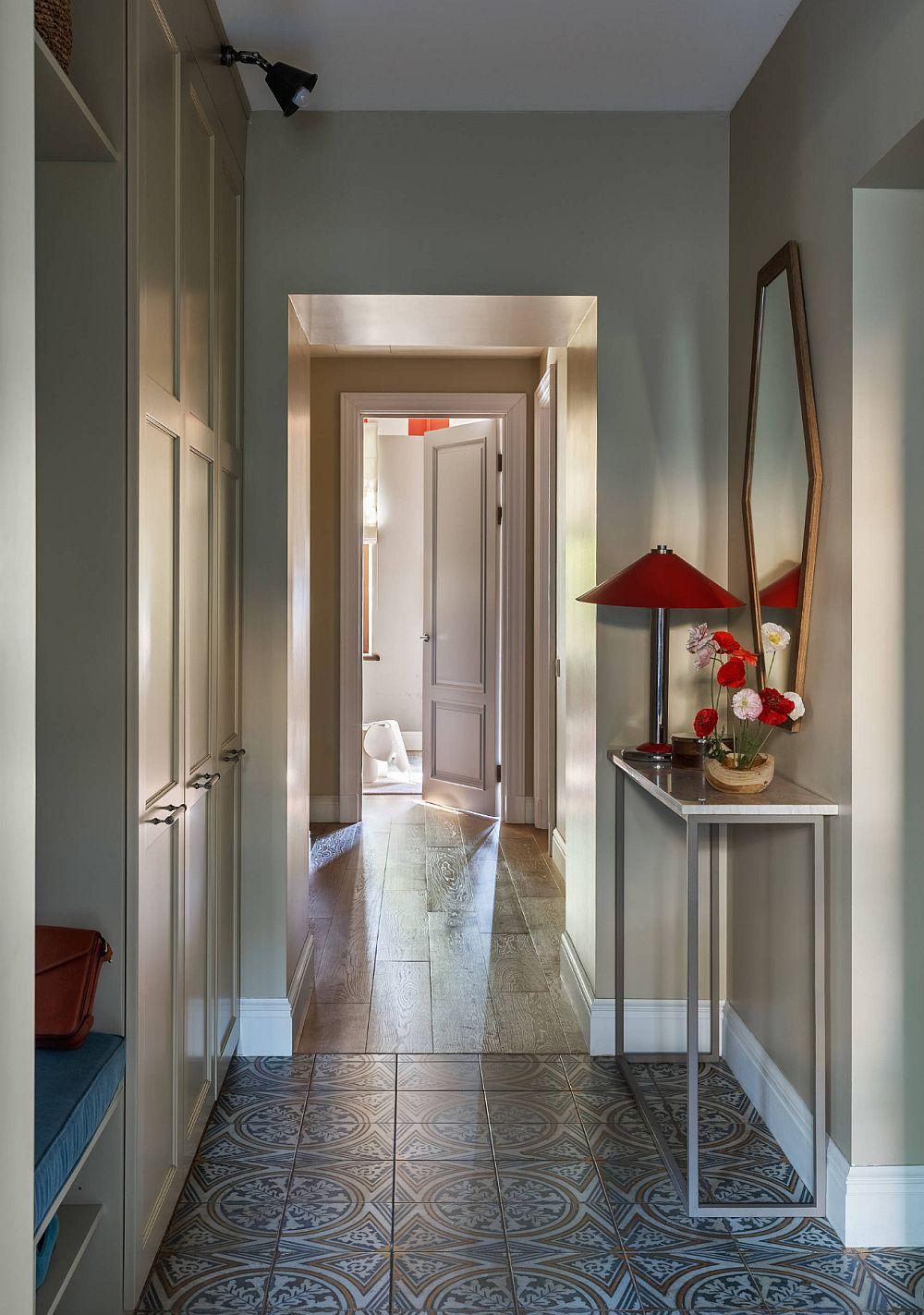 Holul de acces în casă este prevăzut cu mobilier pentru depozitare, dar și o masă consolă la îndemână pentru lăsat cheile și scrisoriile din cutia poștală. În zona de hol pardoseala este din plăci ceramice, mai departe continuându-se cu parchet.