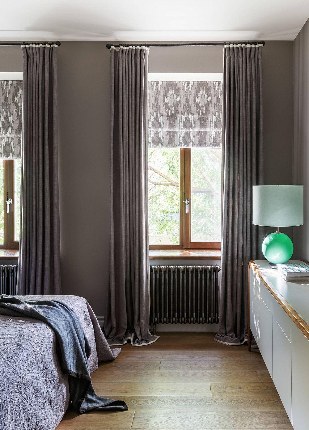 La intrarea în dormitorul matrimonial culoarul din fața patului este liber, ca atare comoda cu sertare prezentă aici poate fi ușor accesată.