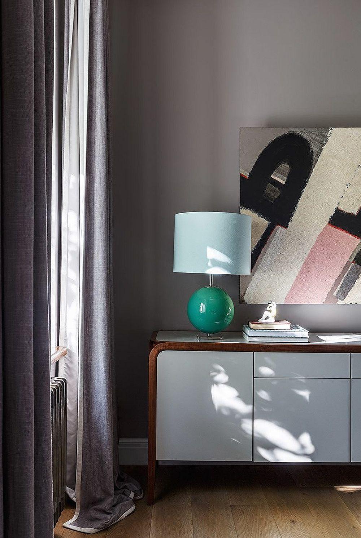 Detaliu cu comoda din dormitorul matrimonial. Griurile sunt odihnitoare, iar alăturarea cu orice alte culori te fac să le percepi altfel. De aceea designerii folosesc preponderent griurile și nu bejurile, pentru că sunt mai versatile și pun în evidență repede alte culori, deci atmosfera poate fi schimbată doar prin înlocuirea obiectelor decorative.
