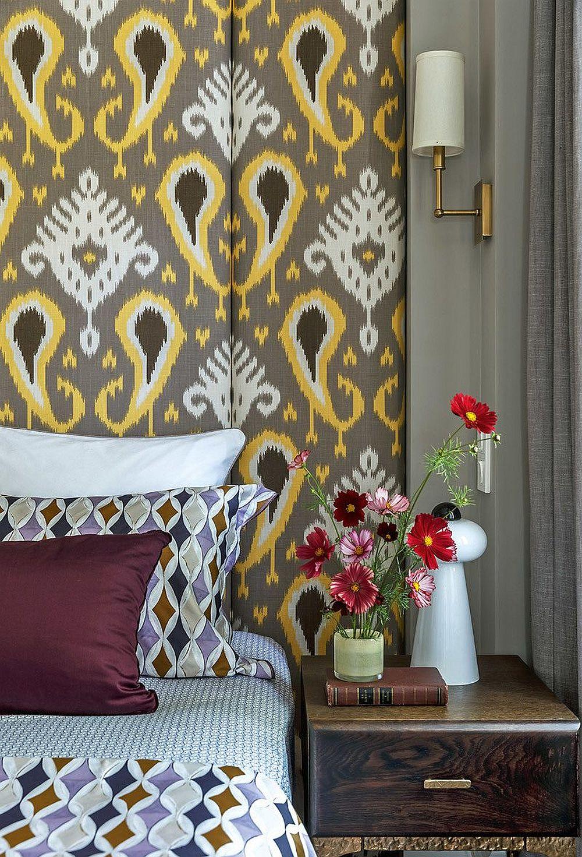 Detaliu de noptieră și aplică de perete din dormitorul matrimonial, accente care contează în simetria urmărită a camerei.