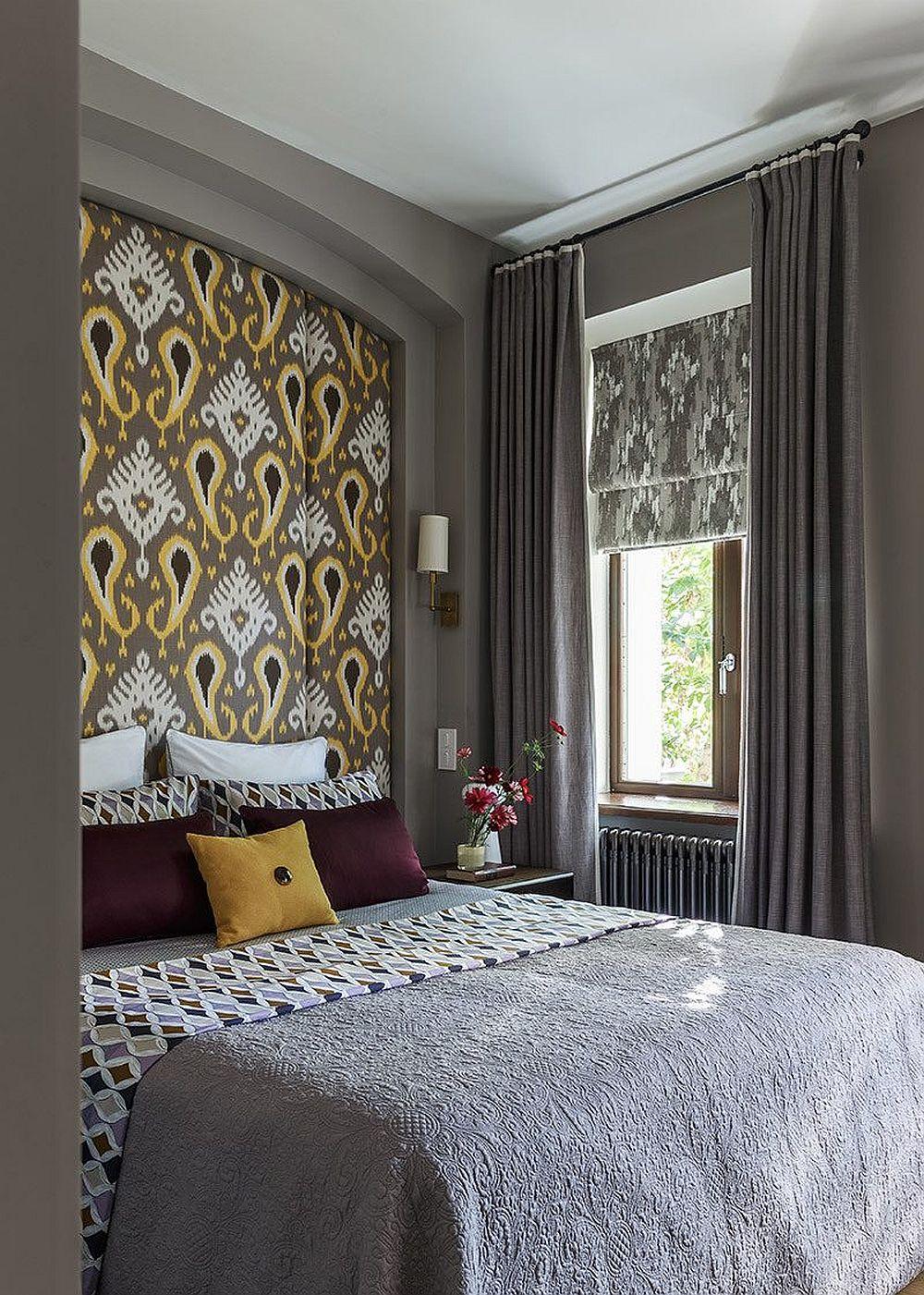 Dormitorul matrimonial este elegant amenajat, iar designerul s-a folosit de existența unei nișe în acest spațiu, nișă pe care apăstrat-o pentur a marca locul patului. În interiorul nișe a prevăzut o tăblie supradimensionată care preia forma și care este tapițată cu un material luxos.