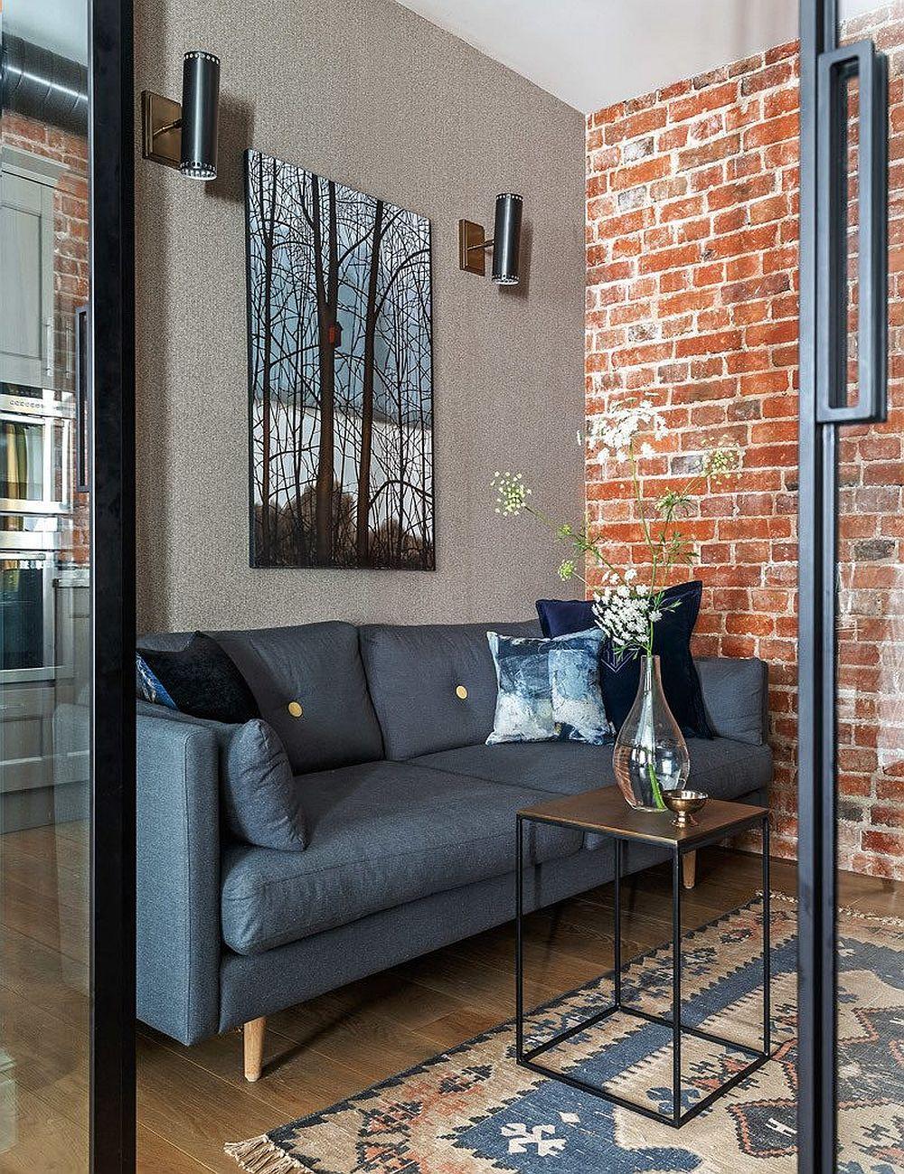 Zoa de birou are și un mic loc de conversație, marcat de o canapea. La nevoie, acest spațiu poate deveni o mică încăpere pentru oaspeții ocazionali.