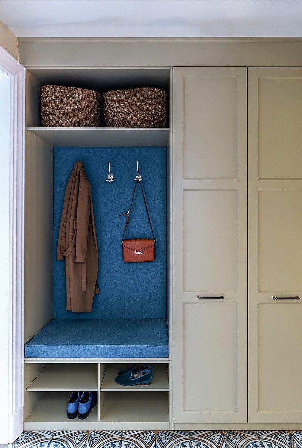 Mobilierul pentru depozitare din hol are o mică bachetă pentru ca cei mici să se poată încălța mai comod, dar cea mai mare parte din depozitare este mascată după ușile dulapului din zonă pentru ca lucrurile să nu fie la vedere.