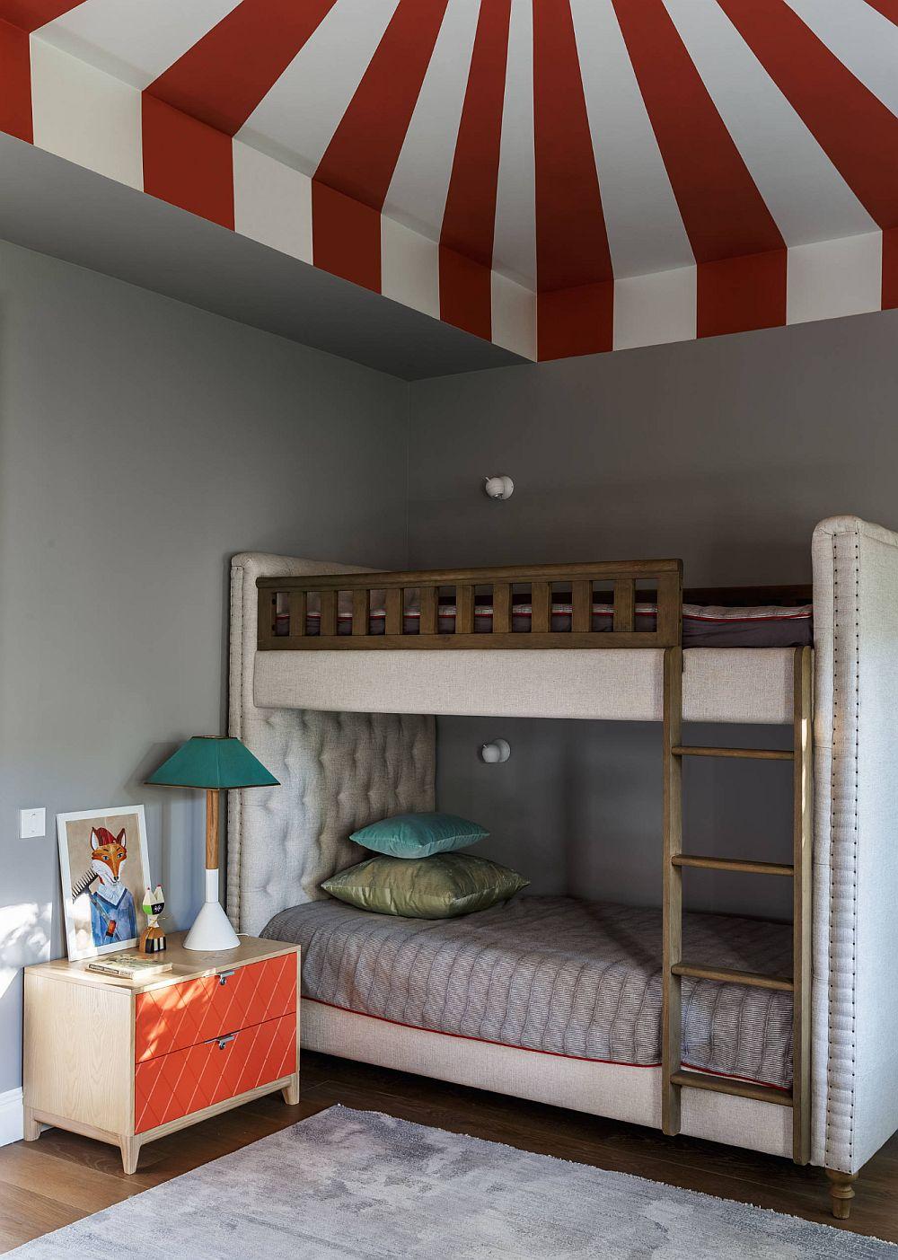 Pentru doi dintre copii este realizat pe comandă un pat supraetajat. Astfel s-a economisit mult din spațiu.