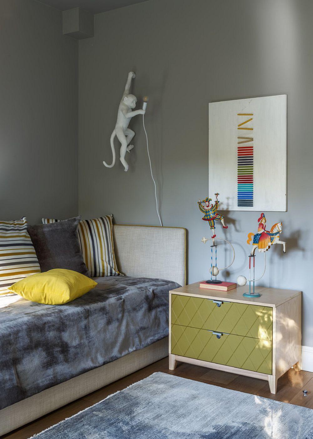 Noptierele sunt prezente în spațiul camerei copiilor, dar ele marchează practic simetria camerei, fiind de o parte și de alta a ușii interioare și lângă locurile de dormit.