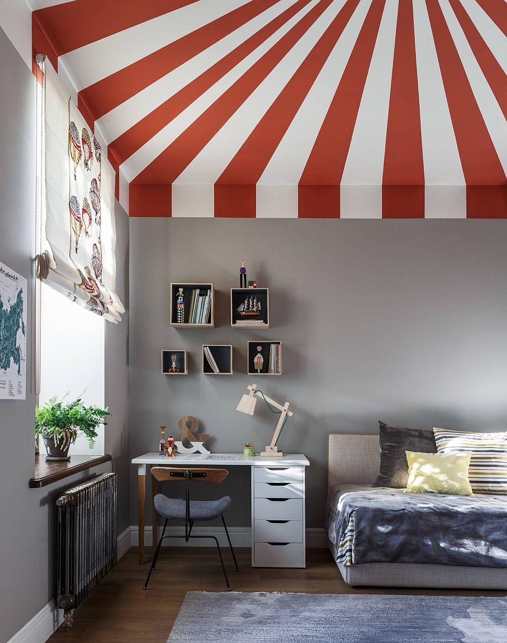 Al treilea loc de dormit este configurat cu un pat pentru o singură persoană, care pe timpul zilei arată ca o canapea.