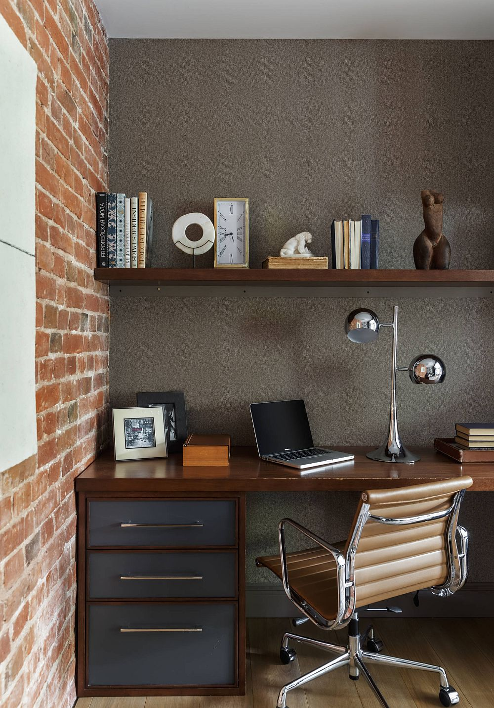 De partea opusă canapelei este organizată masa de birou totul tratat armonios din punct de vedere al culorilor și materialelor.