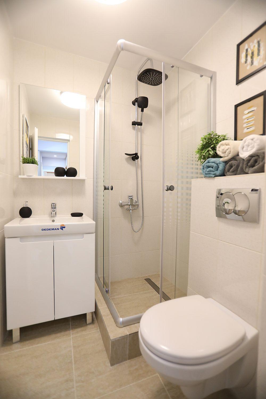 În baia mică toate dotările și mobilierul au fost achiziționate de la Dedeman. Pentru cabina de duș a fost adaptate ușile de la o altă cabină care era prevăută cu cădiță. Aici s-a construit cădița și montată pe ea paravanele.