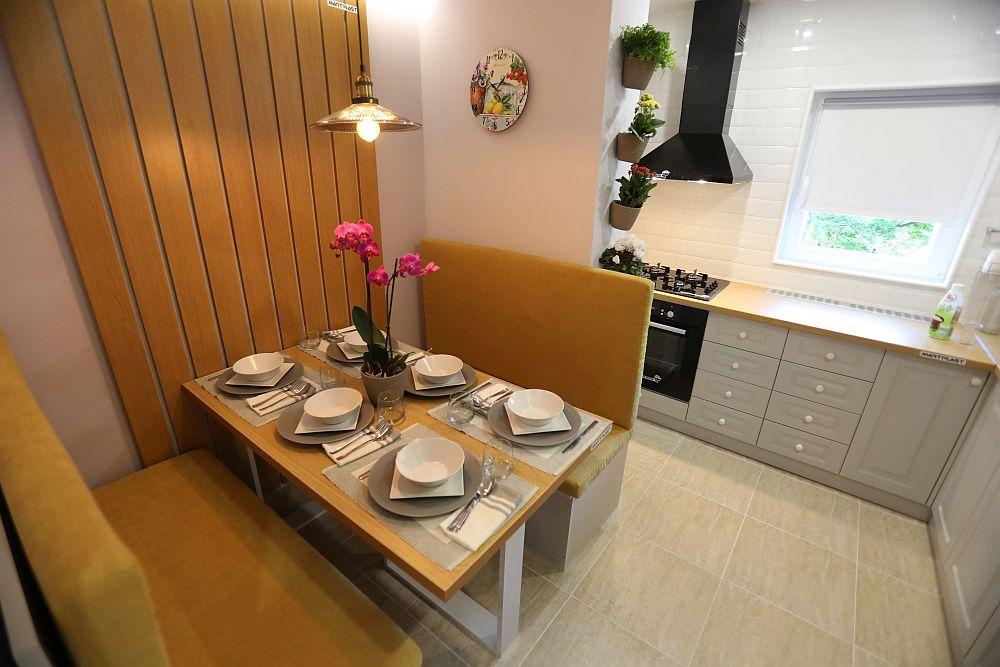 Una dintre banchetele locului de luat masa separă zona de cea dedicată preparării alimentelor.