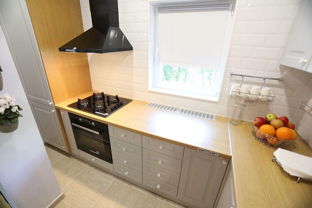 Caloriferul din bucătărie a fost înglobat în ansamblul mobilierului, iar pentru buna lui funcționare, în dreptul ferestrei, au fost instalate grile de aerisire.