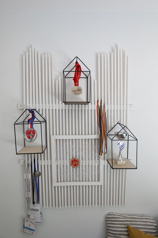 Proiectul special pentru camera lui Nicu l-am realizat din baghete din lemn de la Dedeman și căsușe din fier de la Pepco.