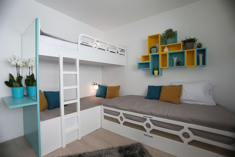 Chiar dacă fetele sunt mari, soluția cu paturile supraetajate a fost cea mai bună, având în vedere spațiul existent.