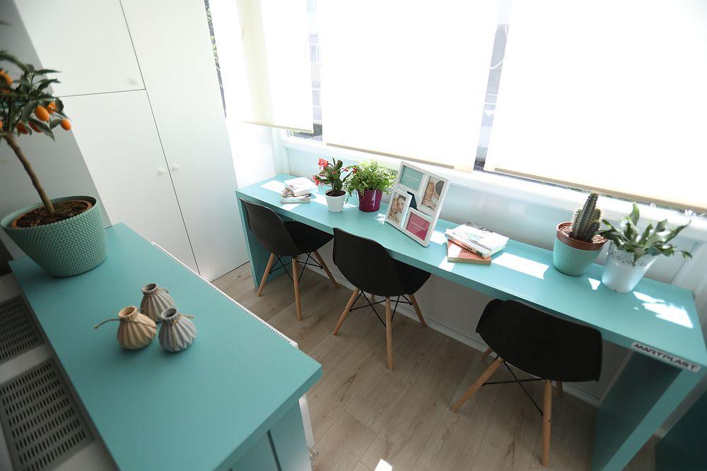 Balconul are extraspații de depozitare, tot închise pentru mai multă ordine, dar i un loc de birou pentru cele trei surori. Blatul biroului este puțin mai îngust, adică adâncime 50 cm pentru a exista suficient loc pentru manevrarea scaunelor (de la Dedeman). Masa a fost realizată pe comandă la Martplast din MDF.