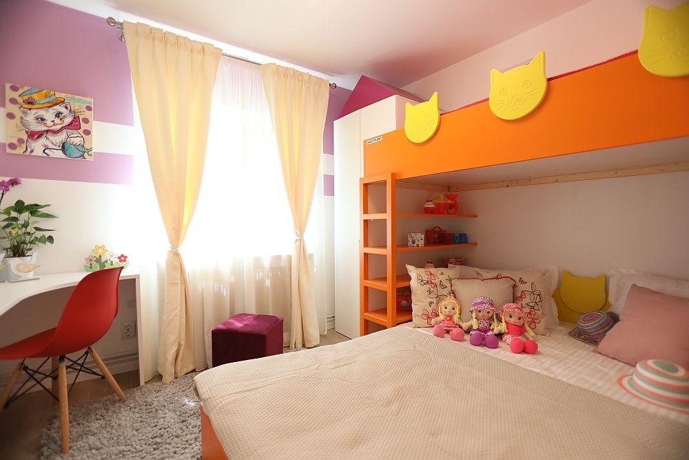 Pentru camera fetelor mici, trei la număr, Cristina Joia a avut în vedere paturi supraetajate, dar patul de jos mai lat pentru ca și mama ori un frate mai mare să aibă loc seara atunci când celor mici li se citesc povești. Pe lîngă locul de dormit sunt prevăzute și dulapuri pentru depozitare, dar tratate mai jucăuș, conform vârstelor celor mici.