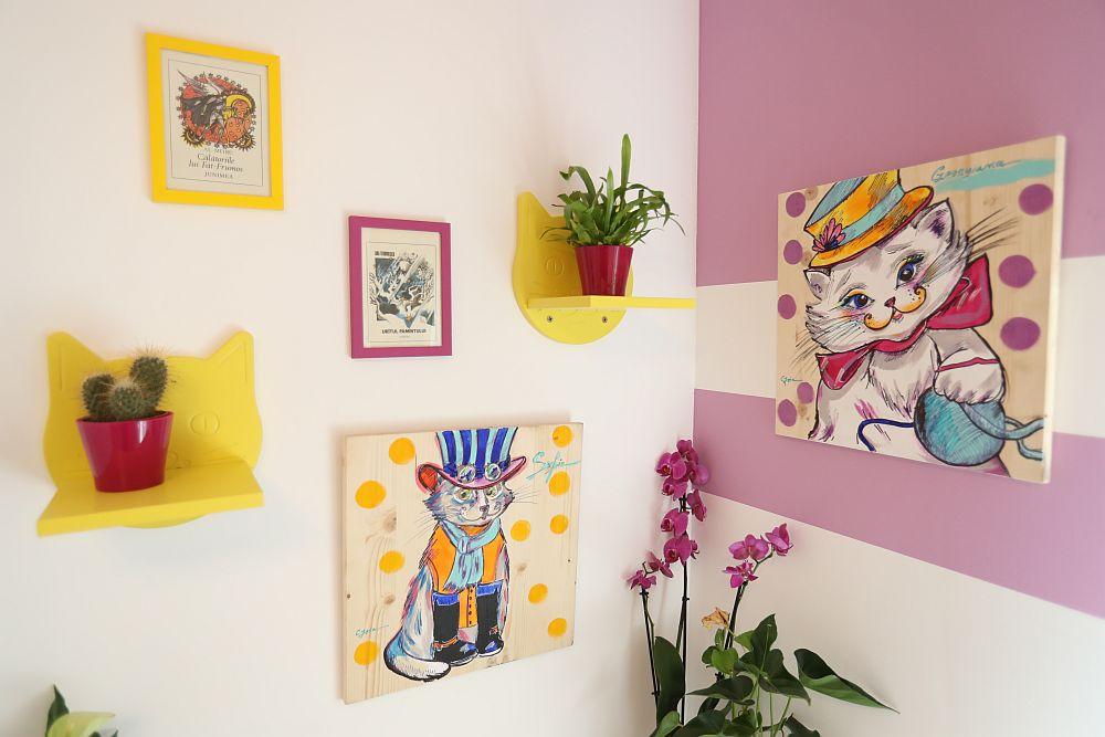 Deasupra locului de birou Cristina a amplasat tablouri jucăușe pe care le-a făcut pentru fetițe, așa cum și-au dorit.