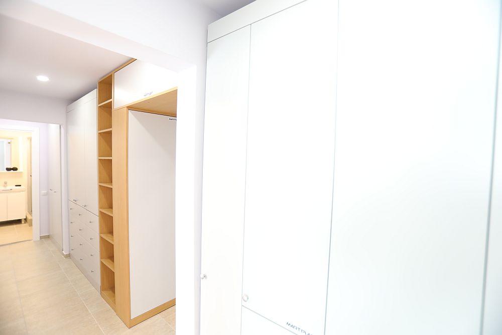 Înspre baia mai mare există de asemenea spații de depozitare cu dulapuri de haine în partea de sus și sertare în partea de jos. Când m-am ocupat de acest spațiu am avut în vedere să existe numai spații închise, dar bine organizate la interior.