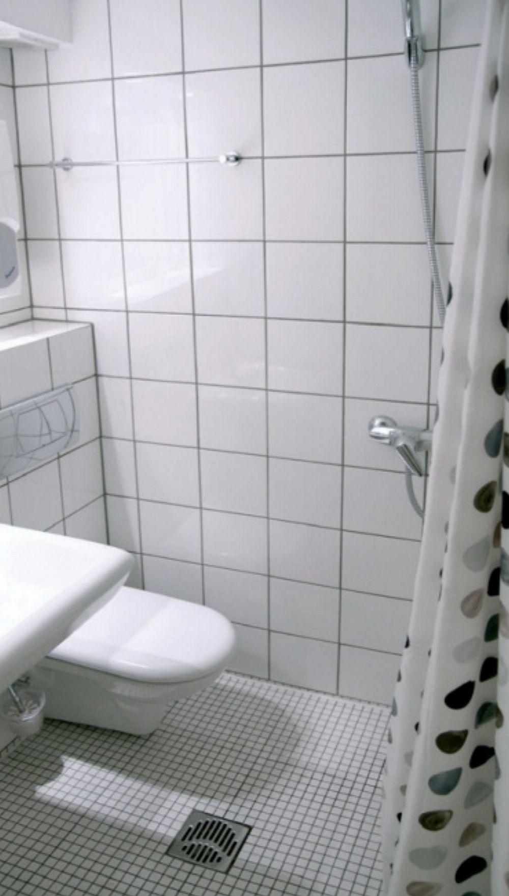 Baia este un spațiu mic, complet îmbrăcat cu plăci ceramice având în vedere că zona de duș nu este marcat cu o cabină și pur și simplu este separată cu o draperie. De aceea, scurgerea pentru apă este pe mijlocul spațiului iar plăcile ceramice asigură protecție împotriva apei. O cameră mică, dar excelent organizată pentru traiul unui tânăr cu o viață dinamică. Sper să te inspire și pe tine!