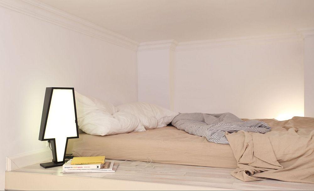 Loul de dormit este strict necesar utilat cu o salte așezată direct pe platformă. Veioza este concepută de către designer, iar spațiul extins către cameră, asigură protecție în lipsa unei balustrade.