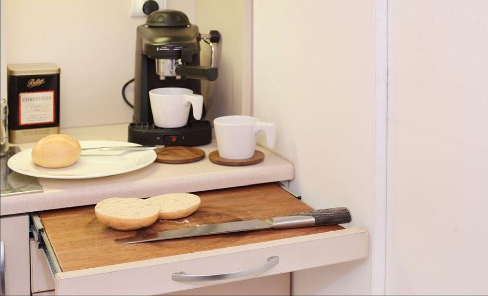 Pentru a mări suprafața de lucru din bucătărie, pentru prepararea sandișurilor, designerul a prevăzut o măsuță retractabilă.