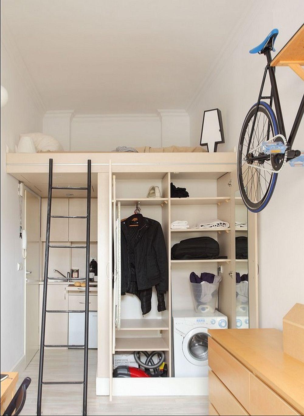 Interiorul dulapului este bine organizat, iar aici sunt prevăzute și locurile pentru aspirator și mașina de spălat rufe.
