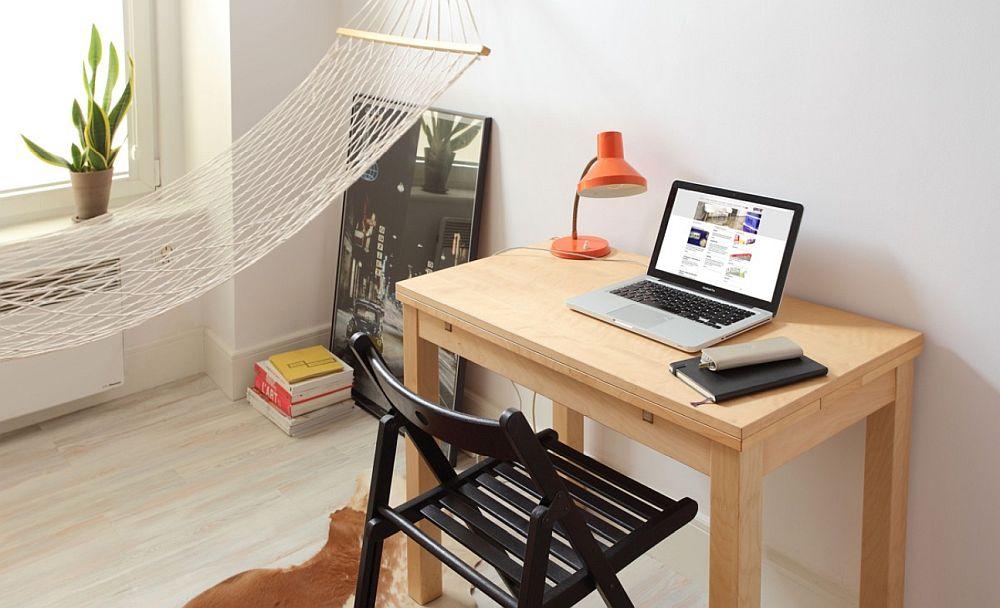 Când masa este folosită ca și birou, lateralele ei se strîng și masa este repoziționată pe lângă perete pe lungimea ei pentru ca blatul să ofere suficient spațiu de lucru.