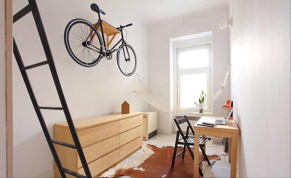 Deasupra comodei, designerul a găsit și loc pentru bicicletă. În locul unui suport el a confecționat pur și simplu o etajeră. pe care sprijină bicicleta.