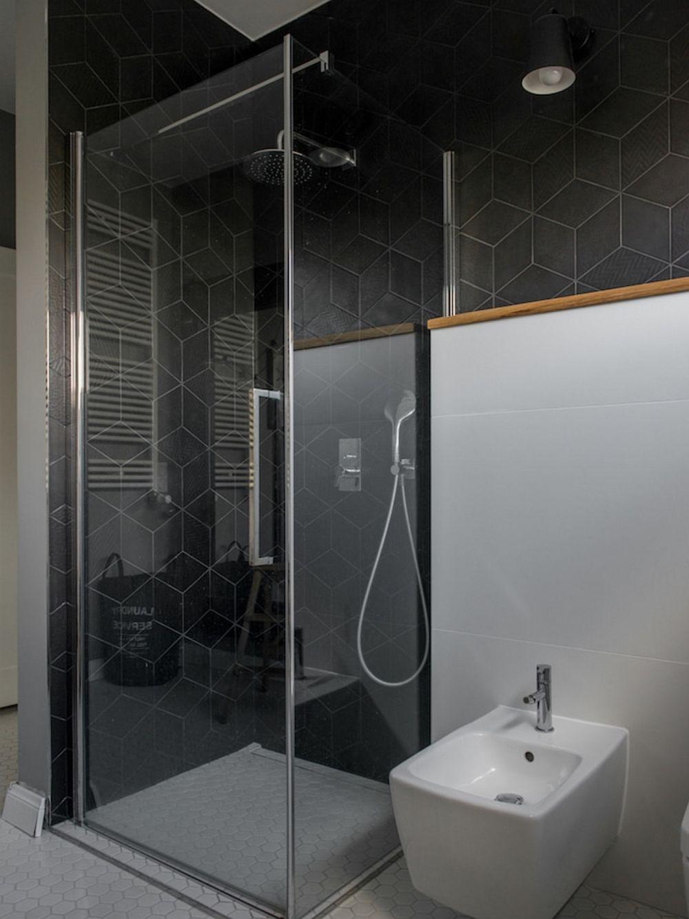 În baia matrimonială nu s-a dorit cadă, dar tinerii au ținut mult să aibă loc de bideu pe lângă vasul de toaletă, așa că au folosit spațiul disponibil pentru instalarea unei cabine de duș cu rigolă îngropată.