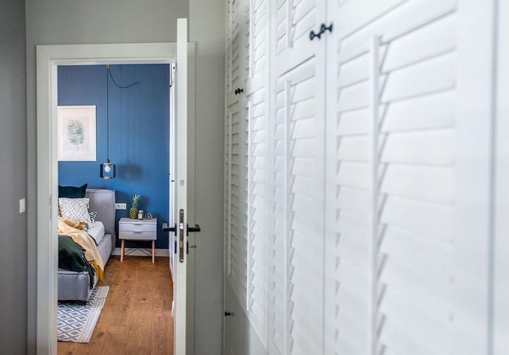 Dormitorul matrimonial se citește după o culoare intensă care-l personalizează. Dacă până acum nuanțele din casă de pe suprafața pereților au fost neutre, în dormitoare registrul lor se schimbă.