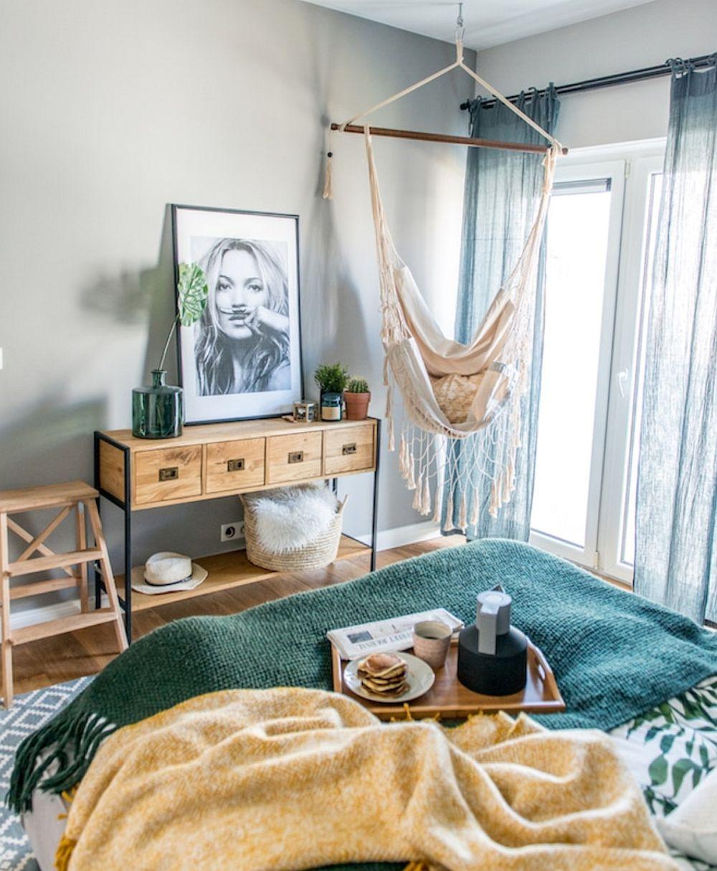 Un accent BoHo chic este leagănul suspendat din dormitorul matrimonial, o soluție flexibilă pentru locul de lectură. Un fotoliu fix ar fi ocupat mai mult psațiu și ar fi împiedicat accesul facil pe balconul de la acest nivel.