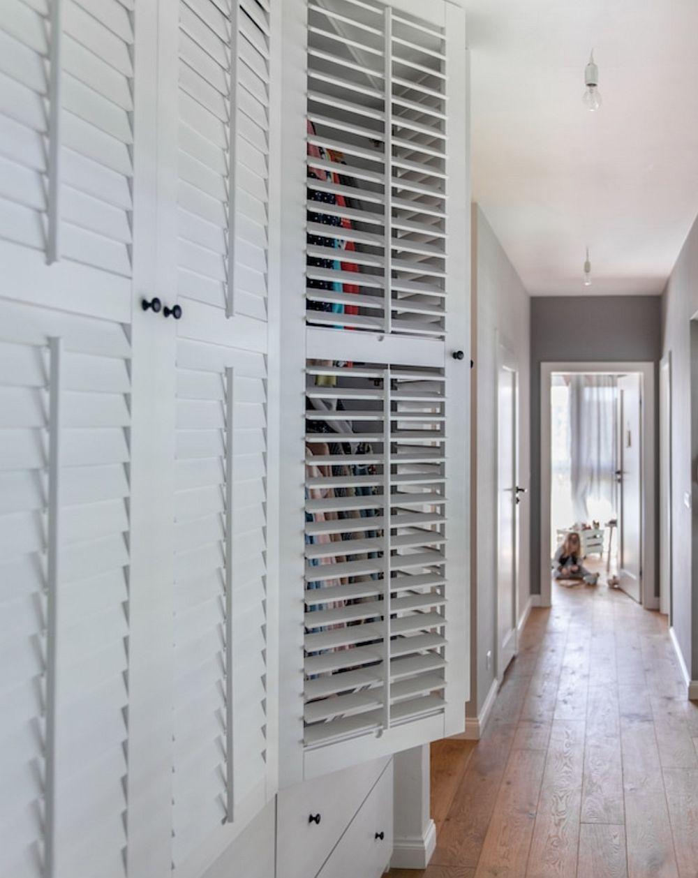 Și holul de la eyaj este mobilat, având în vedere faptul că nu s-au dorit dulapuri în dormitoare, acestea fiind oricum de dimensiuni mici. Ușile de dulap sub formă de oblooane (de faptu uși lamelare) dau un aer de vacanță acestui spațiu.