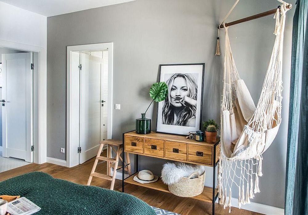 Din dormitorul matrimonial se face accesul către baia matrimonială. De aceea, cu atâtea goluri (uși interioare, ferestre) dormitorul e bine că nu este încărcat de mobilă, ci este minimal, dar confortabil amenajat și decorat, inclusiv cu o fotografie preferată de tânăra mamă, care este fan Kate Moss.