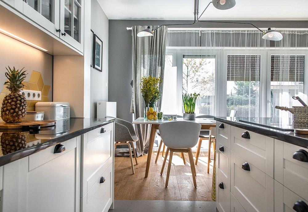 Într-o bucătărie unde spațiul dintre corpurile de mobilă nu este generos, cel mai indicat este să existe sertare. Pentru accesarea lor nu trebuie să te apleci, ca atare postura corpului este normală, relaxată și depozitarea sau manevrarea obiectelor de la interior se face cu ușurință.