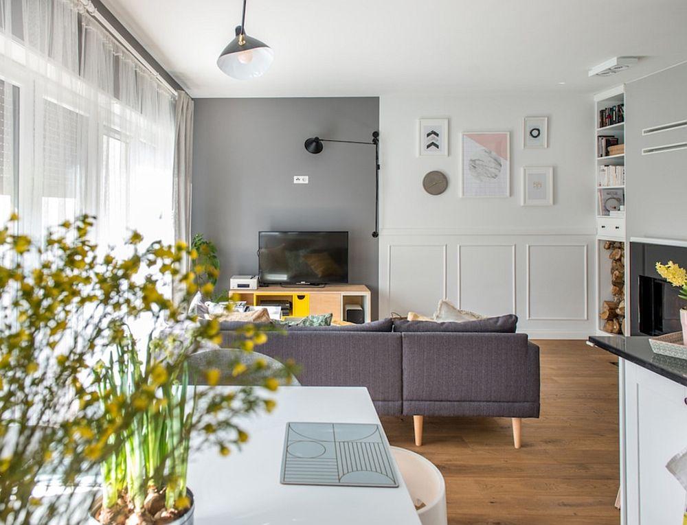 Casa este desfășurată pe două niveluri: parter și etaj. La parter sunt camera de zi, bucătăria, sufrageria - toate în același spațiu, apoi o baie se serviciu, birou cu bibliotecă și anexe tehnice. La etaj dormitoarele și dressingurile, alături de băi. La intrarea în camera de zi cu bucătărie deschisă, primul lucru care se vede este zona de canapea cu locul de tv.