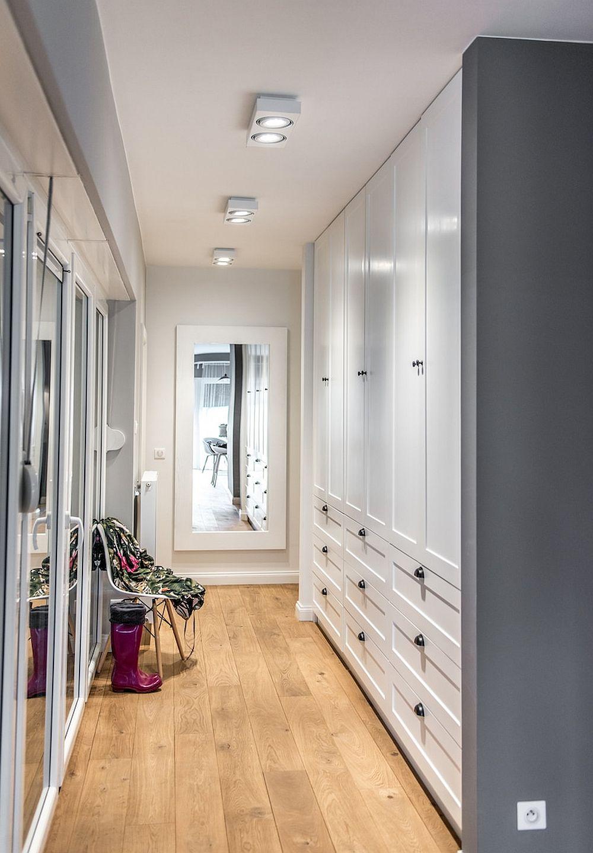 Holul este dedicat depozitărilor, aici fiind prezente multe dulapuri cu uși și sertare pentru organizarea hainelor, dar și a altor obiecte necesare familiei.