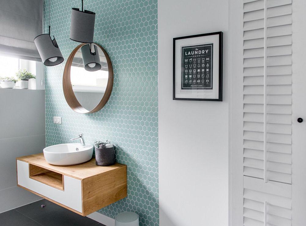 Spațiile de depozitare sunt necesare într-o baie dedicată spălatului rufelor. În cazul de față tinerii proprietari au renunțat la a avea în această baie loc de duș pentru a configura suficiente dulapuri și a avea loc pentru mașina de spălat.