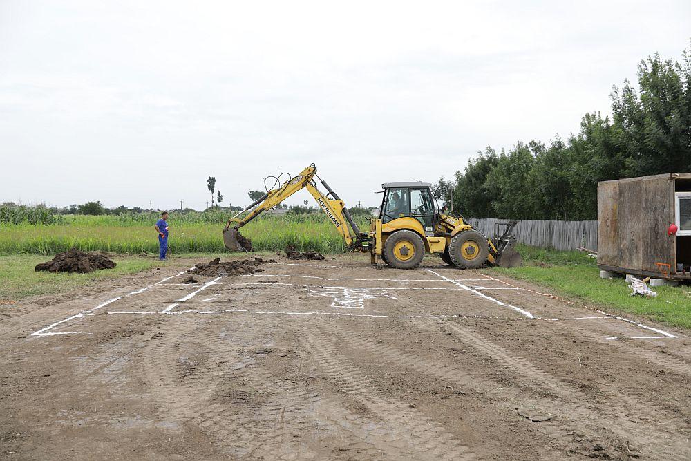 Etapa în are buldozerul a început săparea terenului pentru turnarea fundației, după ce în prealabil a fost trasat consturul casei.