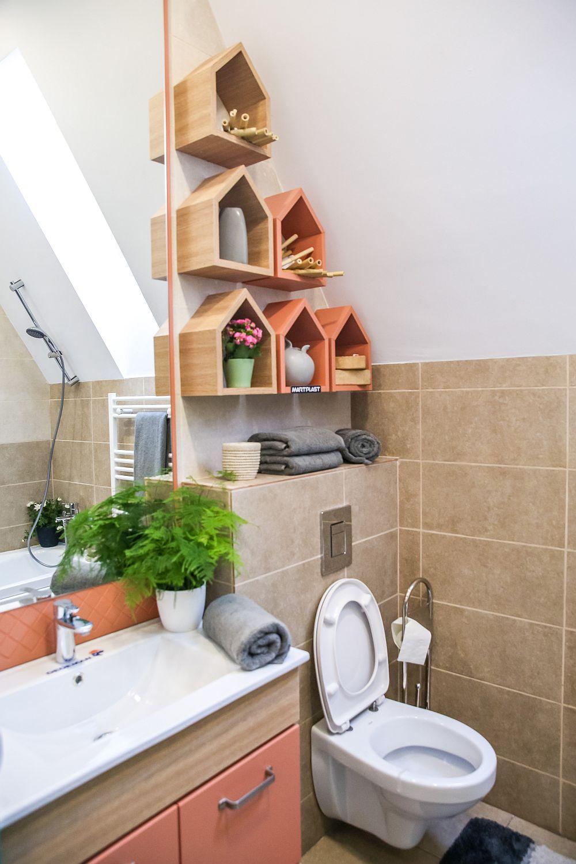 Baia este un spațiu mic, dar folosit la maximum. Valentin Ionașcu a realizat proiectul de mobilier, care a fost executat la Martplast. Obiectele sanitare și dotările, decorațiunile sunt de la Dedeman.