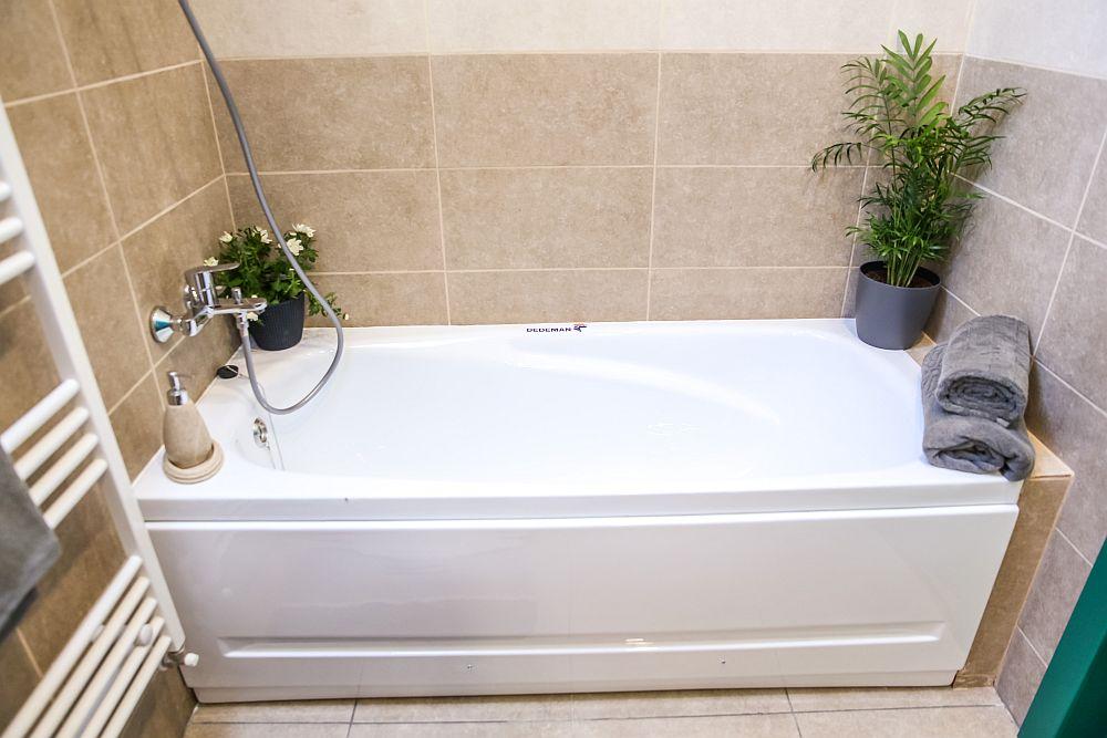 Pentru zona de îmbăiere Valentin a prevăzut o cadă, cea mai potrivită în acest spațiu unde panta acoperișului ar fi pus probleme pentru configurarea unei zone de duș.