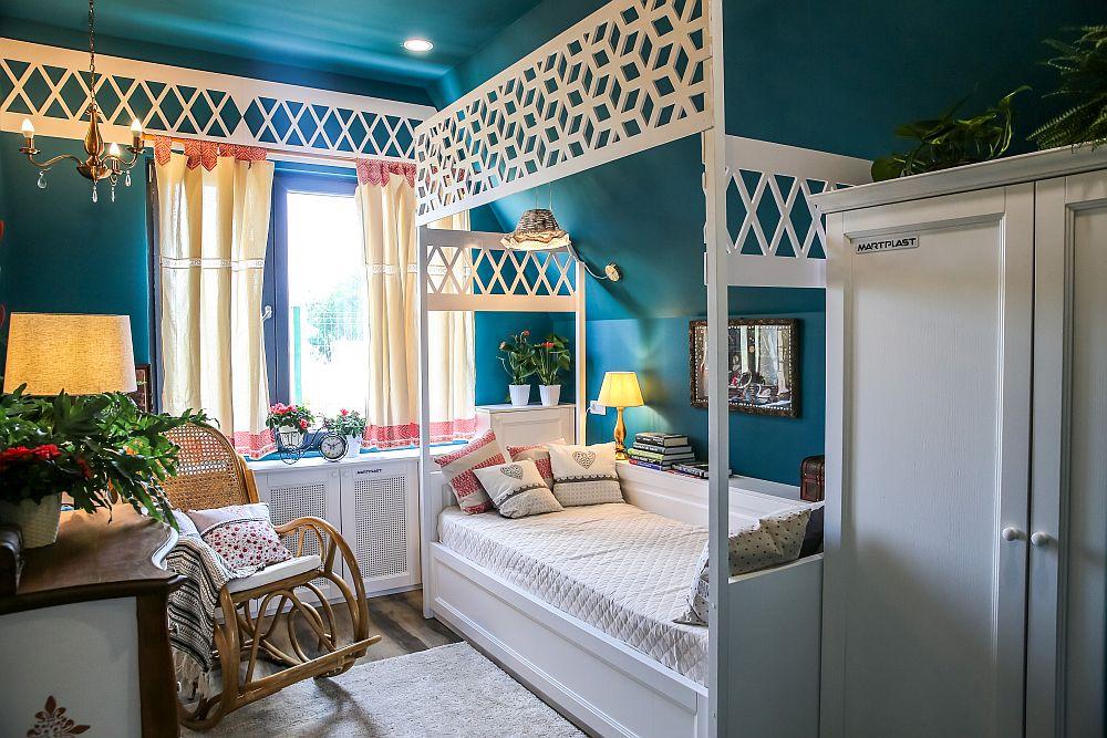 Camera lui Buni am gândit-o ca o încăpere unde ea să se simtă în siguranță, să aibă parte de protecție și intimitate, dar și să beneficieze de un ambient cu o linie mai apropiată de gusturile ei. Am ținut cont și de ceea ce a cerut nepoata pentru bunica ei, respectiv prezența unui balansoar în cameră. Toată mobila alba este executată pe comandă la Martplast după proiectul meu. Balansoarul este de la Dedeman, iar comoda de la Gold House Concept am personalizat-o. Modelele traforate de la nivelul plafonului au fost furnizate de către Sold Shop.