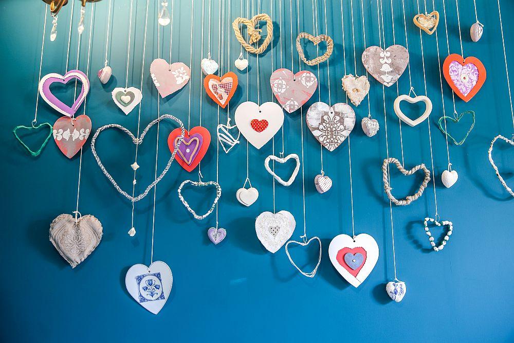 Pe un perete întreg, deasupra comodei am făcut o instalație cu 80 de inimi care reprezintă cei 80 de ani ai bunicii. La mijlocul instalației am pus într-o ramă în formă de inimă fotografiea fiicei ei, așa cum și-a dorit.