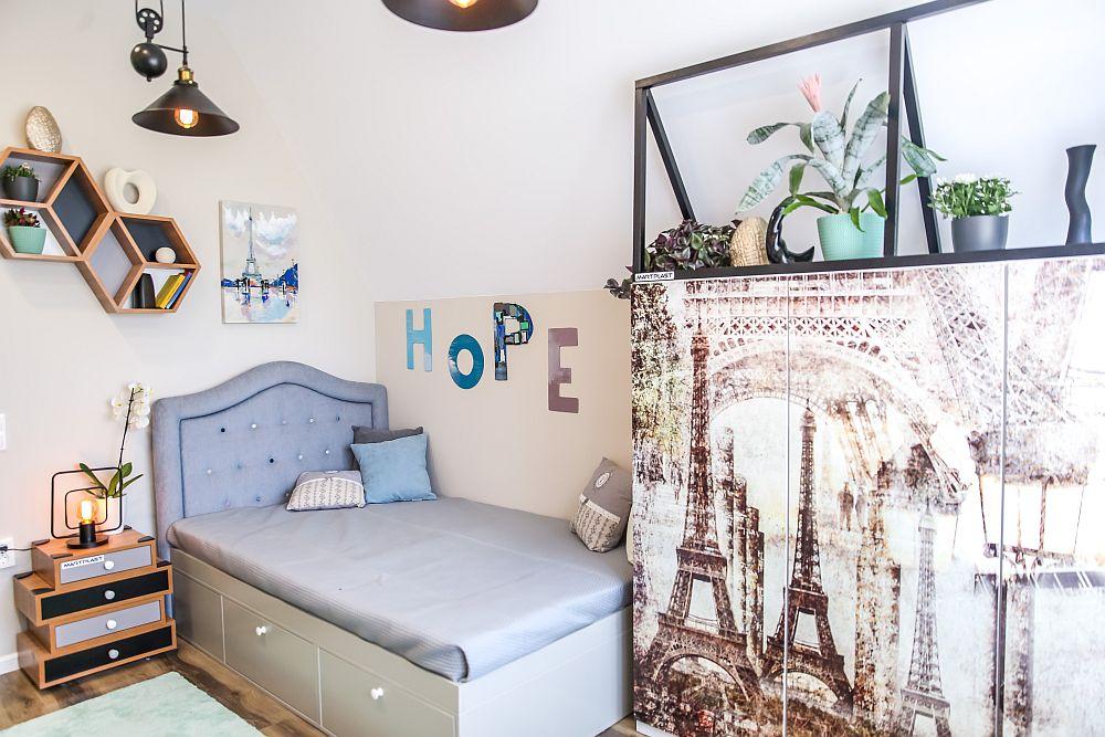 Tema călătoriilor a fost aleasă de către Cristina pentru camera lui Alex, care și-a dorit o încăpere în alb și negru. Pe fundalul pereților albi se conturează piese și elemente grafice cu negru completate de tonuri deschise și sepia care să ducă cu gândul la călătorii. Toată mobila este realizată pe comandă după proiectul Cristinei. Dulapul are ușile printate cu o imagine artistică din Paris.