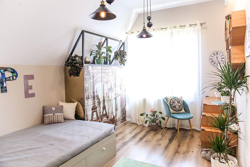 Către fereastră sunt amplasate dulapul și locul de studiu. Toată modila este realizată pe comandă la Martplast după proiectul Cristinei, care a personalizat și pereții cu tablouri.