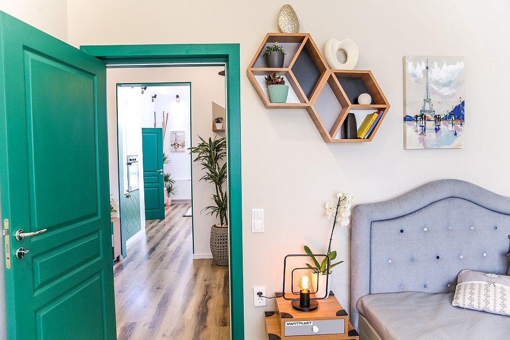 Ușile de acces în toată casa au aceeași nuanță, fiind un elemente de personalizare. Ele se remarcă în fiecare încăpere, inclusiv în dormitorul lui Alex amenajat după proiectul Cristinei Joia.