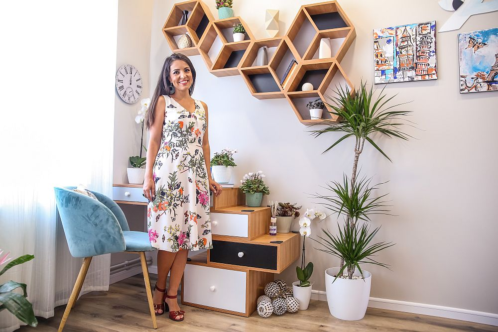 Cristina Joia în zona de birou din camera lui Alex, masa fiind gândită cu un design similar noptierei, adică piese care să sugereze valize, aici suprapuse în lateral.