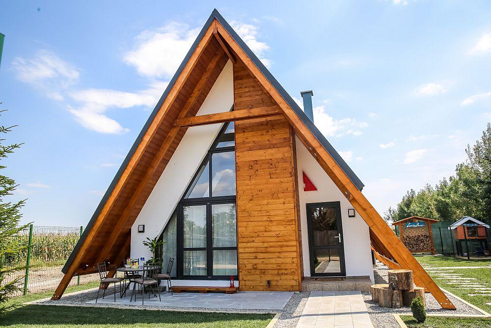 Casa construită de către echipa Visuri la cheie. Este o construcție din lemn cu un acoperiș în două pante și învelitoare din tablă. Toate materialele de construcție au fost furnizate de sponsorul principal al emisiunii Dedeman. Tâmplăria este termoizolantă și a fost asigurată de sponsorul Gealan.