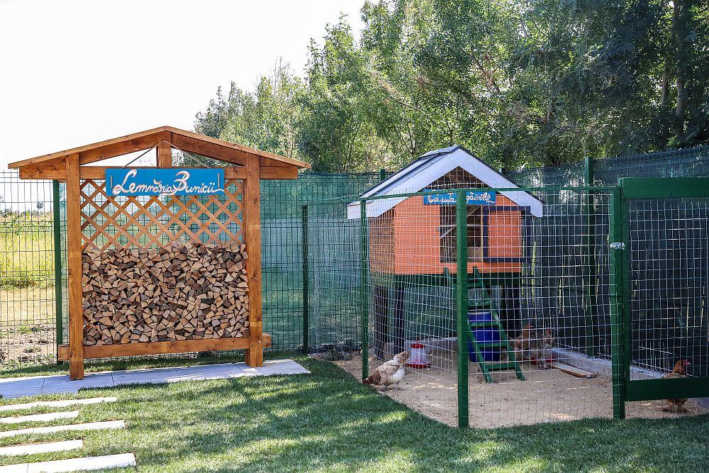În spatele curții, lângă casă, colegii arhitecți au prevăzut un loc pentru lemne și un coteț pentru găini.