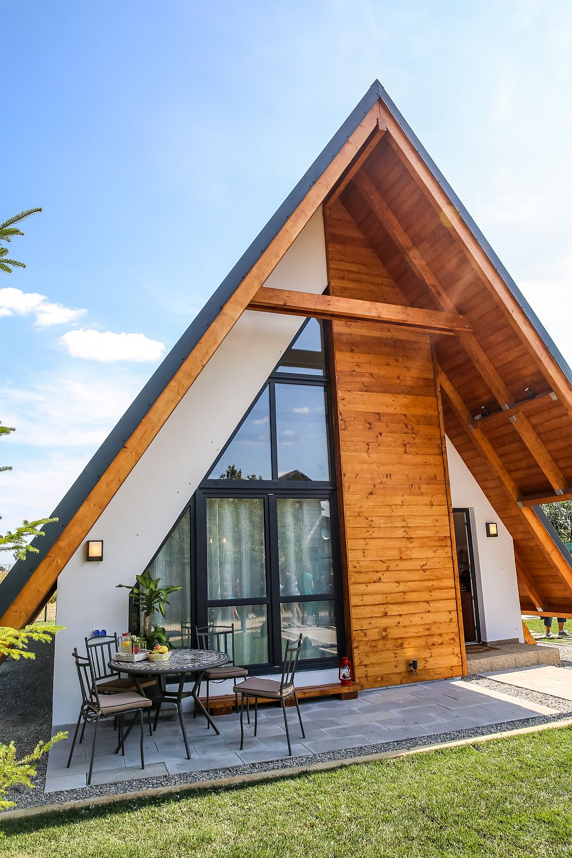 În fașa casei este i un loc de terasă, care se vede de la interior din living. De asemenea, ușa tâmplăriei livingului se poate deschide direct către fereastră. Zonele pavate din curte sunt realizate de către echipa sponsorului Elis Pavaje.