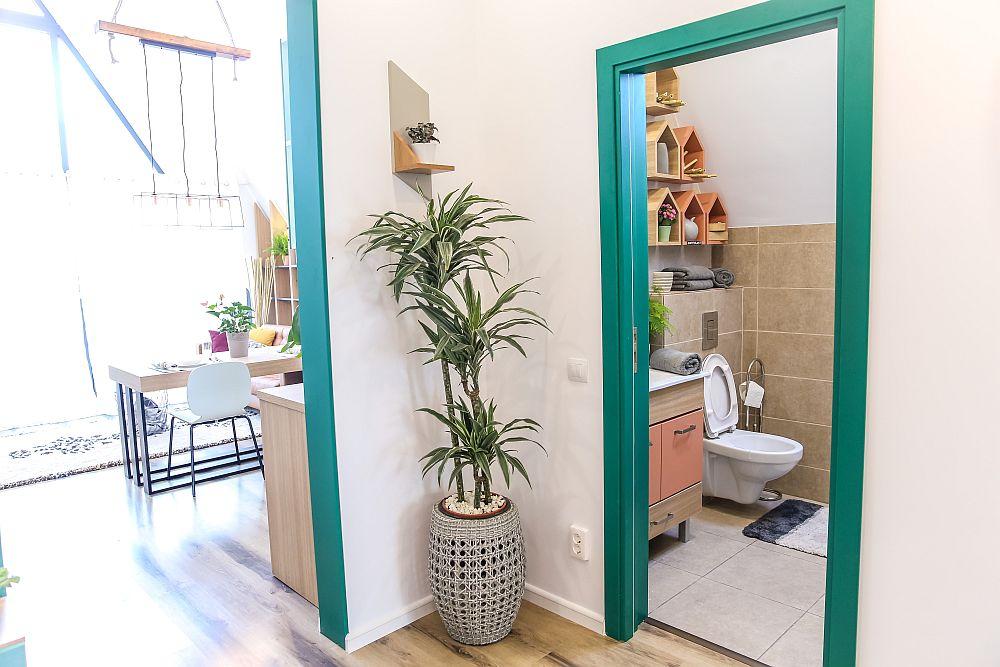 Din spațiul livingului cu bucătărie deschisă se accede mai departe într-un hol secundar de unde se deschid baia, camera tehnică și dormitoarele. Ușile interioare sunt realizate pe comandă la Martplast. Amenajarea spațiului este gândită de Valentin Ionașcu.